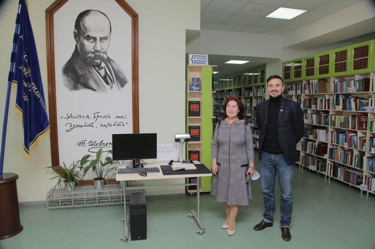 image1 Харківські айтішники подарували Юракадемії суперсучасний книжковий сканер