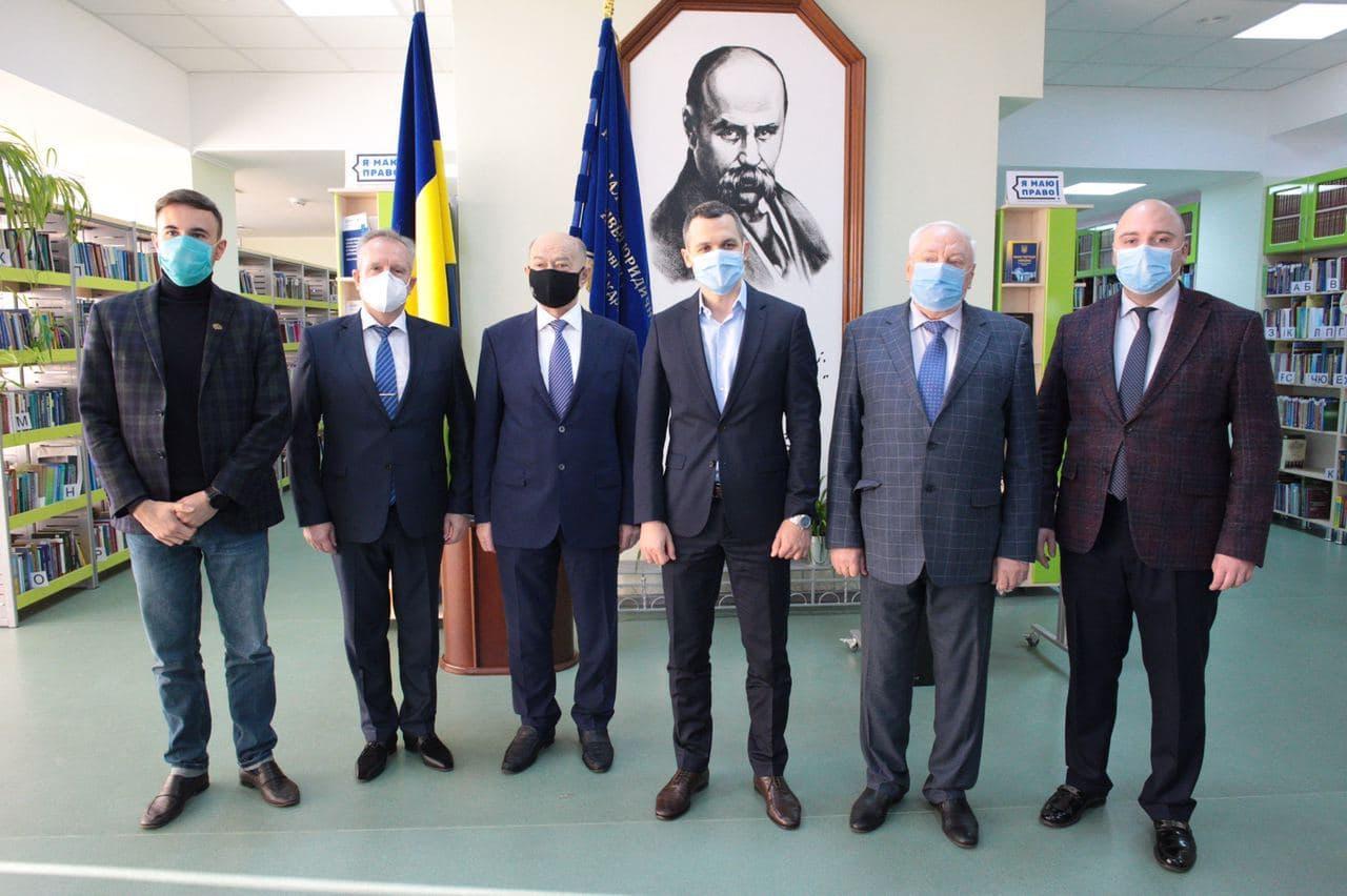 image3 Харківські айтішники подарували Юракадемії суперсучасний книжковий сканер